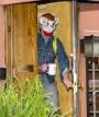 Il marito di Kate Spade indossa una bizzarra maschera da topo due giorni dopo la morte dellamoglie